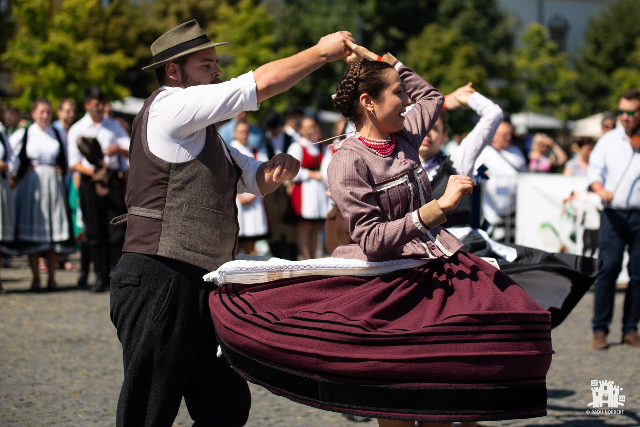 Vâltoare de dansuri populare în Piaţa Unirii