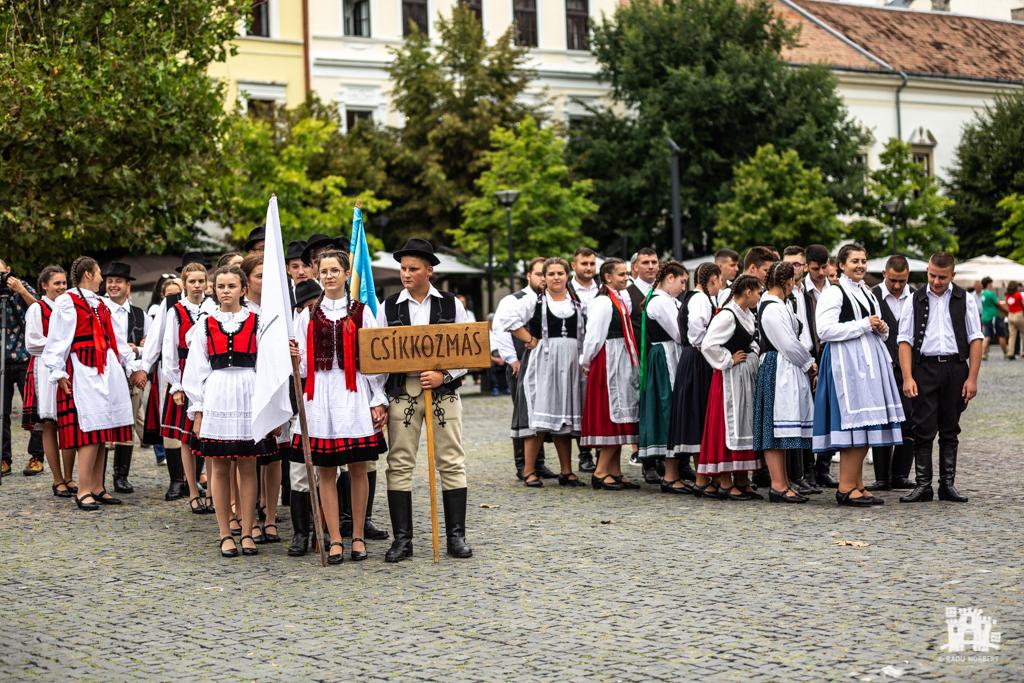 Tánckavalkád Kolozsvár Főterén