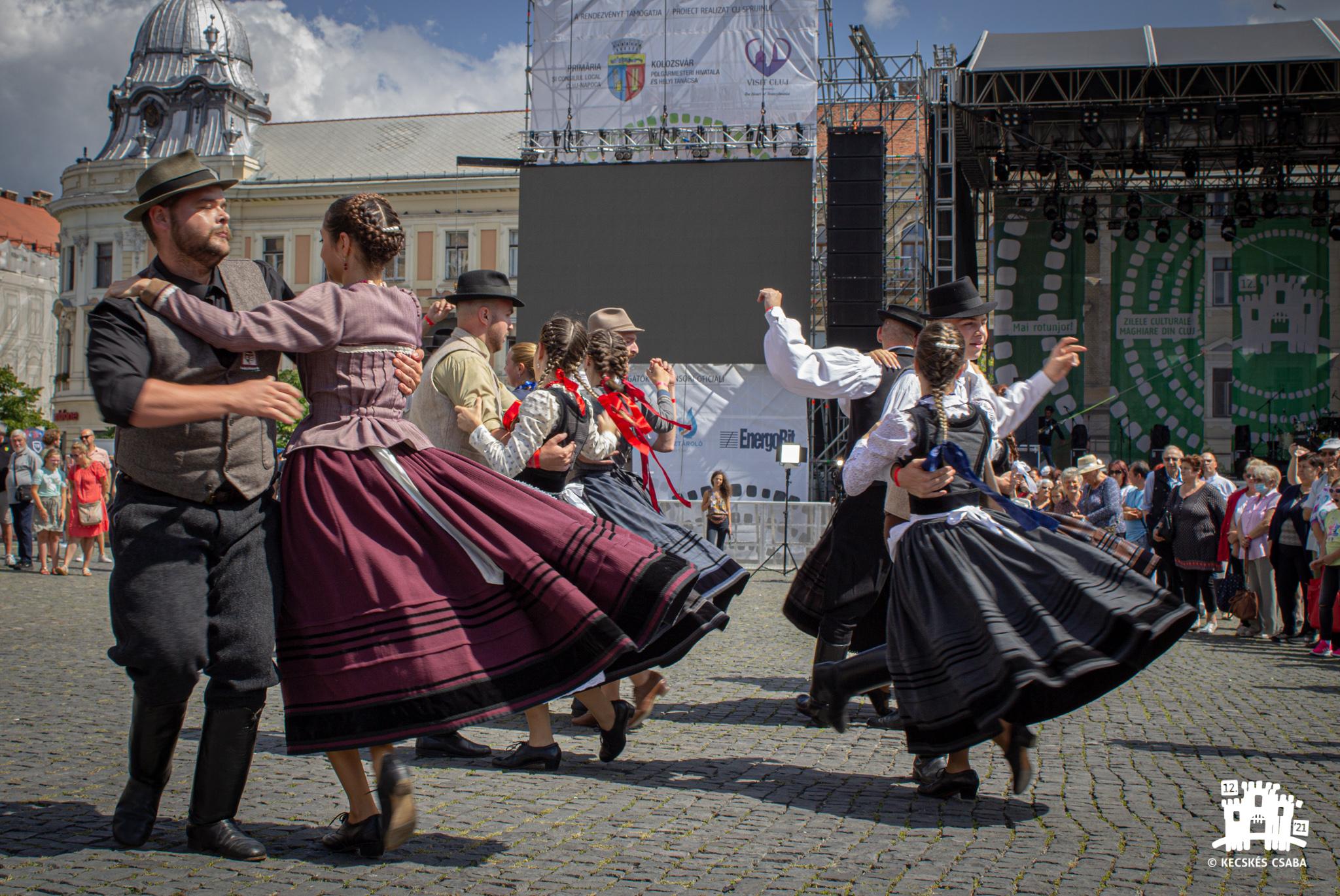 Tánckavalkád Kolozsvár Főterén – a 23. Szent István-napi Néptánctalálkozón részt vevő együttesek bemutatkozása